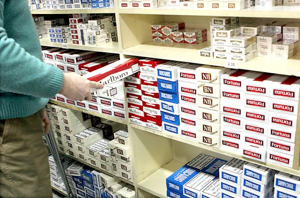 Los estanqueros están sufriendo las consecuencias del aumento del tabaco de contrabando. / EFE