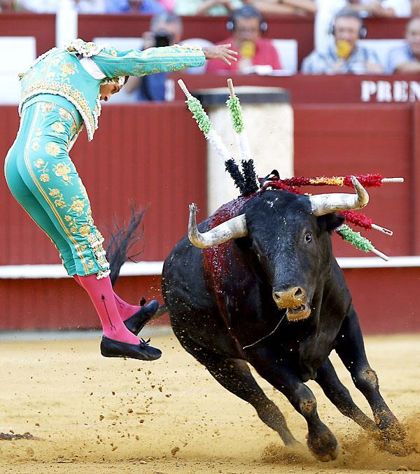 Ferrera pone un par de banderillas a su primer toro. / EFE
