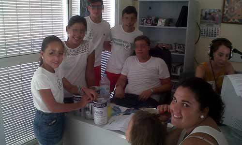 Integrantes del grupo joven parroquial recogiendo donativos en el estudio de Radio Montellano. / El Correo