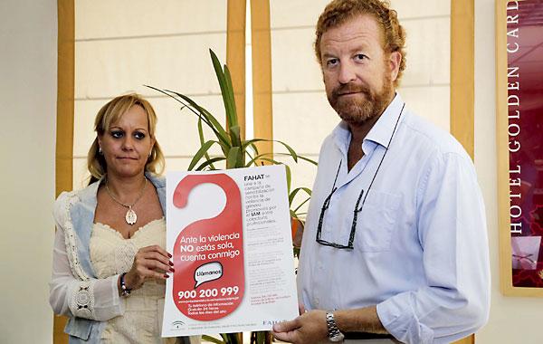 La Asociacion de Hoteleros de Sevilla presenta una campaña contra la violencia de genero, en la imagen Carolina Casanova y Manuel Otero Alvarado. / Jose Luis Montero