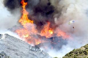 Un helicóptero durante las labores de extinción del incendio forestal. / EFE