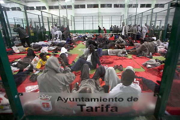Los inmigrantes rescatados son alojados en dos pabellones deportivos en Tarifa. / EFE