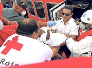 Un bebé rescatado de las pateras. / EFE