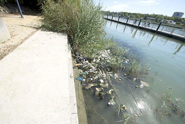 La basura se amontona en la orilla del río. / J. M. P.
