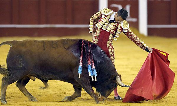 El diestro José María Manzanares da un pase a su segundo toro. / EFE