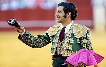 Morante, con su trofeo. / EFE