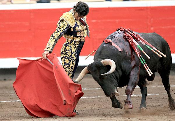 El diestro Morante de la Puebla da un pase con la muleta a su tercer toro. / Luis Tejido (EFE)