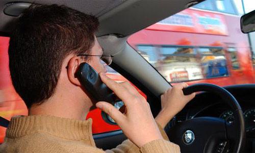 Un conductor hablando al volante. /EFE