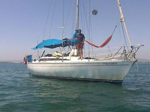Carlos Yáñez-Barnuevo, con su velero 'Agata'. / El Correo