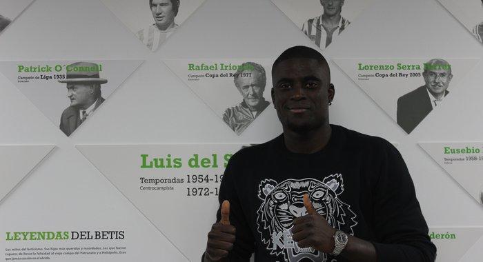 Alfred N'Diaye, en su primera foto oficial como nuevo jugador, ahora sí, del Betis / Real Betis
