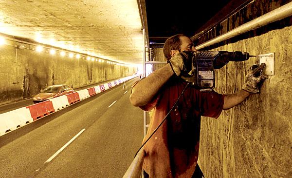 Operario trabaja en paso subterráneo Bueno Monreal