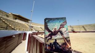 """Plaza de toros de Osuna, junto con un ejemplar """"Canción de Hielo y Fuego"""". / EFE"""