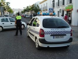 Uno de los agentes de la Policía Local de Carmona regulando el tráfico de la localidad.