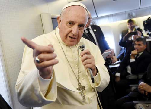 El papa Francisco (c) se dirige a los periodistas durante el vuelo del Boeing 777 de la compañía Korean Airlines que le traslada desde Corea del Sur hasta Italia. Foto: EFE
