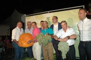 El alcalde, Juan Manuel Valle, junto a los participantes y los homenajeados.