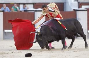 Pepe Moral, en la faena de su primer toro. / EFE