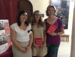 La autora acompañada de la periodista Marina Bernal y la edil de cultura Davinia Valdés. Foto: El Correo