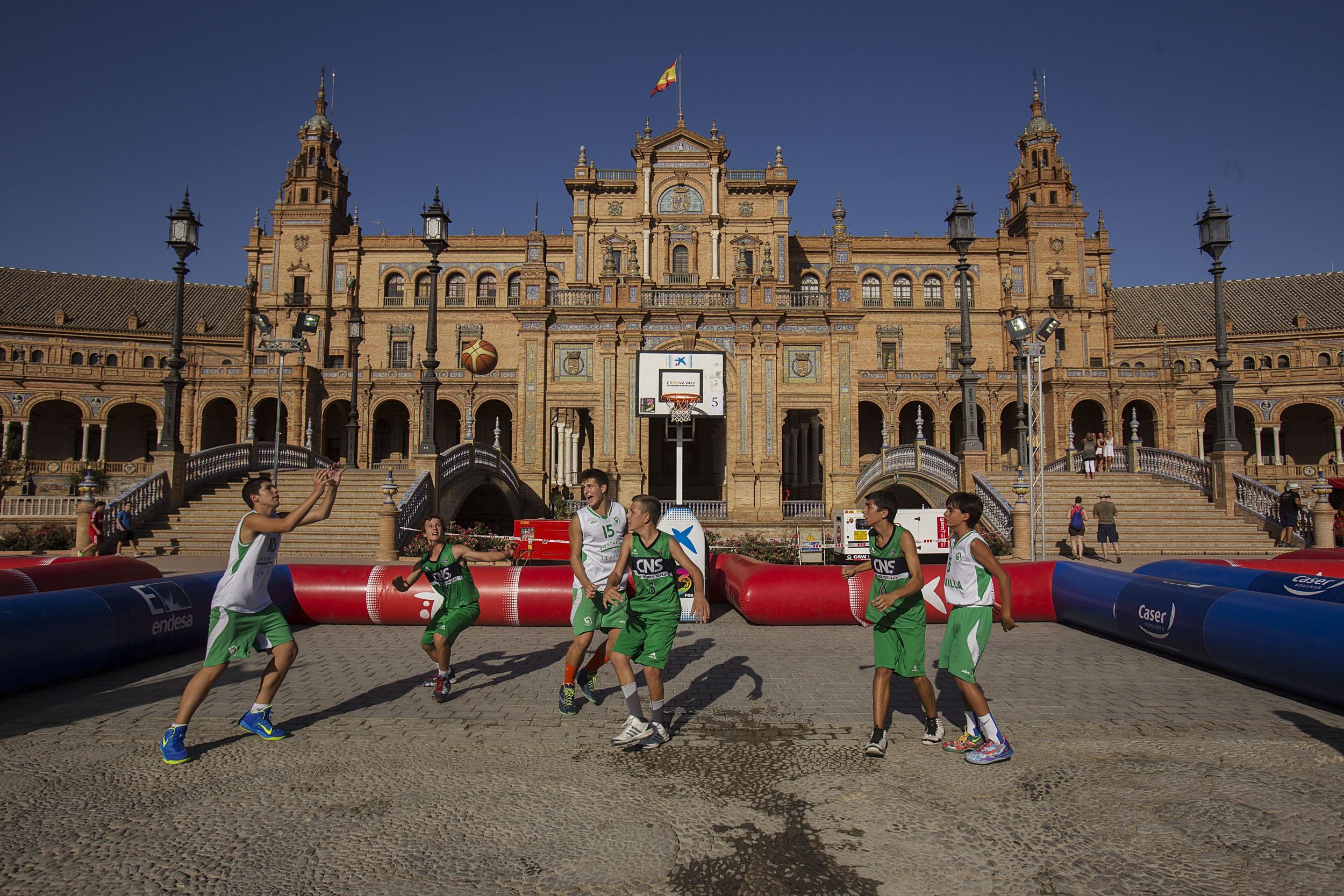 Varios equipos disputan partidos de 3x3 en la Plaza de España en los días previos al Mundobasket. / Pepo Herrera