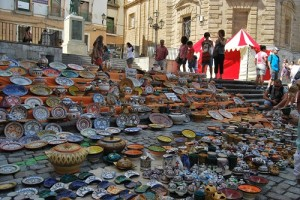 Muestra de cerámica marroquí en la escalera de la Catedral. Foto: Laura López