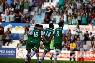 Varios jugadores béticos celebran otro de los tantos del partido. Foto: LOF
