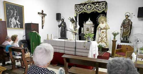 Los cultos de la parroquia de San José Obrero y las imágenes titulares de la hermandad se han trasladado a una capilla provisional anexa al templo. Foto: Pepo Herrera