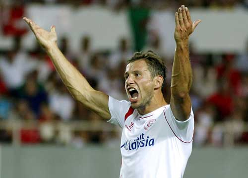 Grzegorz Krychowiak, anima a la afición. Foto: EFE