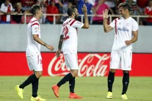 Navarro (i), Aleix Vidal (c ) y Krychowiak (d), celebran el primer tanto del equipo. Foto. EFE