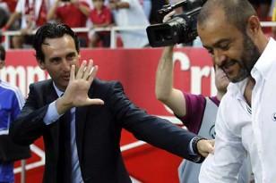 Unai Emery (i), saluda al entrenador portugués del Valencia CF, Nuno Espirito Santo. Foto: EFE