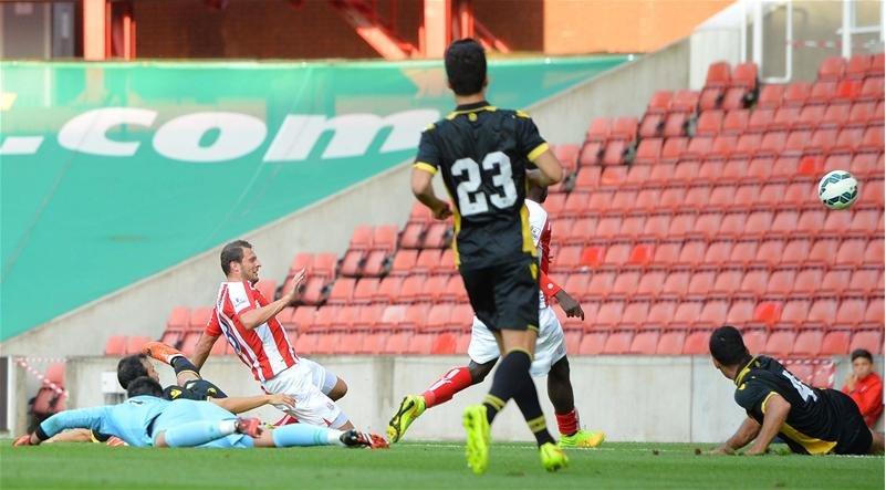 Pieters consigue el 1-0 con Adán ya en el suelo / Stoke City FC