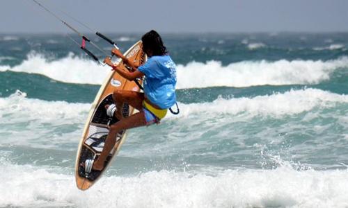 Un hombre practica kitesurf
