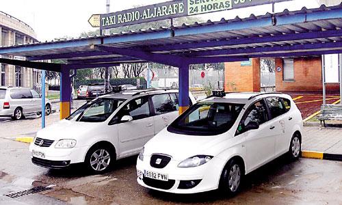 Una parada de taxi en la localidad aljarafeña de Mairena. / Foto: El Correo