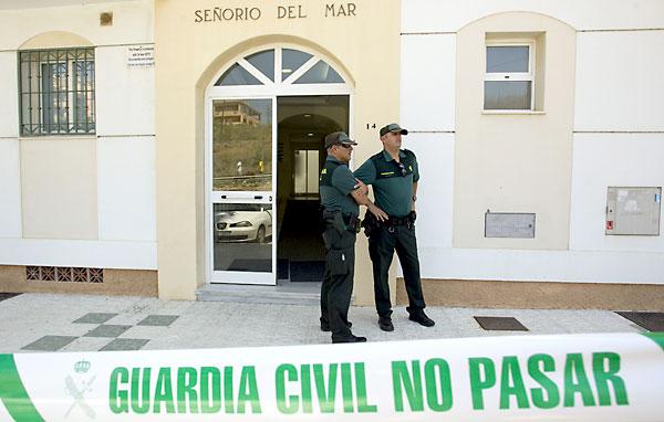 Amigas de la víctima en una concentración de protesta en el municipio. / EFE