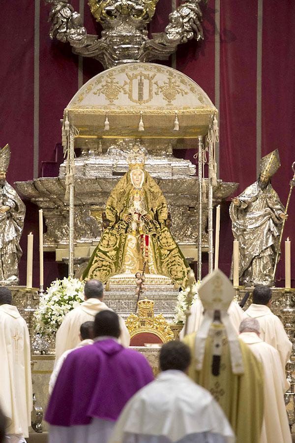 La Virgen de los Reyes mostró ayer, el último día de la novena, el manto verde con el que hoy paseará por Sevilla. / J.M. paisano