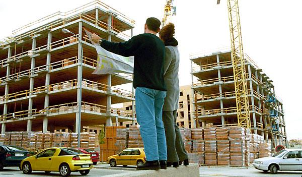 Una pareja mira los planos de su vivienda. / Rodríguez Aparicio