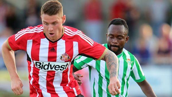Wickham protege el balón ante Cedrick. Foto: AFC Sunderland