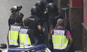 Efectivos policiales junto a la entrada del bar de Zaragoza. /EFE