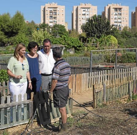 Juan Espadas y María Jesús Serrano, ayer durante su visita a los huertos sociales de Miraflores. / J.M. Paisano