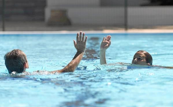 Las instalaciones del Club de Campo La Motilla acogieron ayer durante doce horas consecutivas el primer maratón de natación en favor de la afasia. / J. M. Paisano