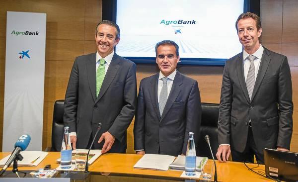 Juan Antonio Alcaraz, director general de Caixabank; Rafael Herrador, director territorial de Andalucía occidental, y Pere Nebot (Sistemas de Información). / Carlos Hernández