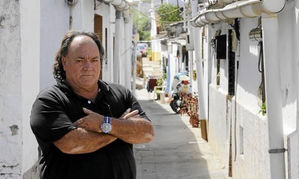 El presidente vecinal de la barriada de Guadaíra, Francisco Gómez, lamenta la falta de actuación en unas viviendas que presentan «una situación precaria». / José Luis Montero