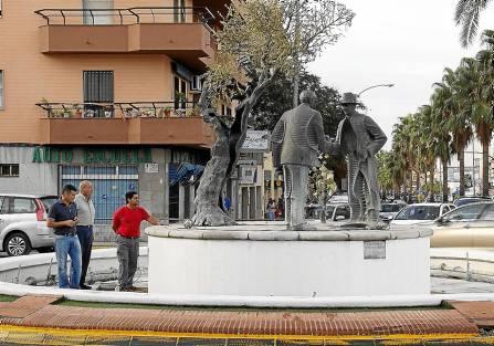 Los técnicos municipales evalúan el estado de la fuente que rodea al monumento de La Unión. / El Correo