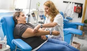 En el Centro de Transfusión Sanguínea se extraen unas 50 bolsas al día, el resto las recogen unidades móviles en pueblos, empresas o entidades. / Foto: Carlos Hernández