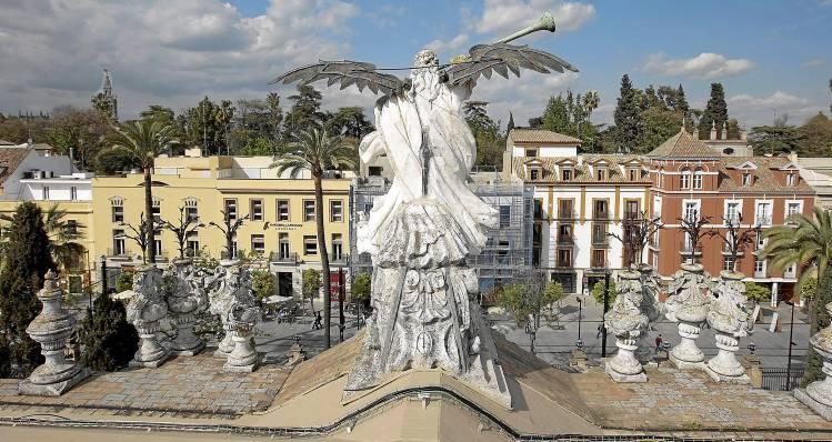 El edificio de la antigua Fábrica de Tabacos, en plena ruta turística de Sevilla, sería, según los socialistas, el mejor lugar posible para el museo. / El Correo