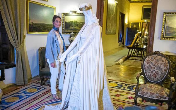 Los maniquíes están repartidos por varias estancias de un palacio que complementa el regusto histórico de la exposición. / Carlos Hernández