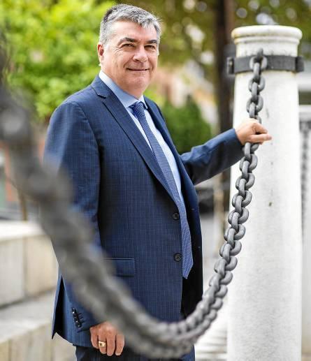 El director de Forbes & Manhattan, David Gower, en la Plaza Nueva, donde Emerita tiene sus oficinas. / Carlos Hernández