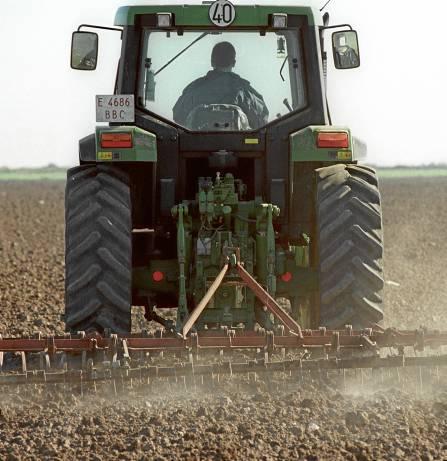 Un agricultor se dispone a preparar la tierra para sembrar en una finca sevillana. / EL CORREO