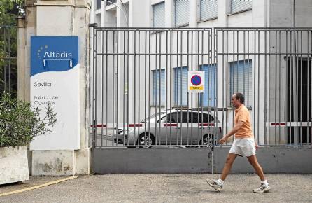 Entrada de la antigua fábrica de cigarrillos de Altadis en la calle Juan Sebastián Elcano, cerrada desde finales de 2007. / CARLOS HERNÁNDEZ