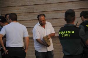 El archivero municipal, Julio Mayo, con el Libro de Becerro entre sus manos.