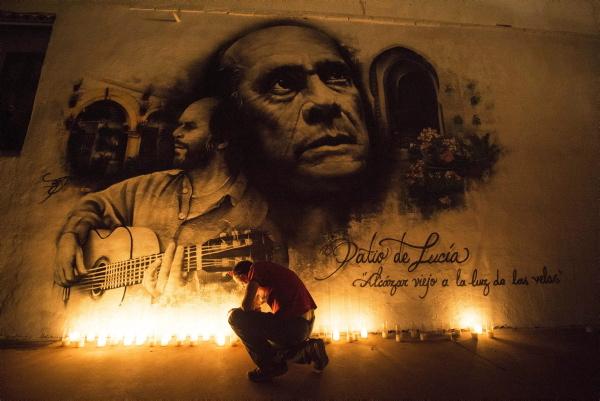 La inmortal figura de Paco de Lucía será santo y seña de la Bienal de Flamenco que hoy comienza. / EFE