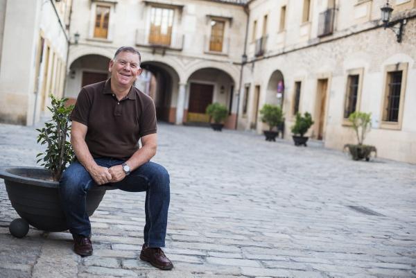 El presidente vecinal de la Casa de la Moneda, Pablo Barbecho, posa en la calle Almirante Lobo cuya reurbanización ha suscitado controversia. / Carlos Hernández